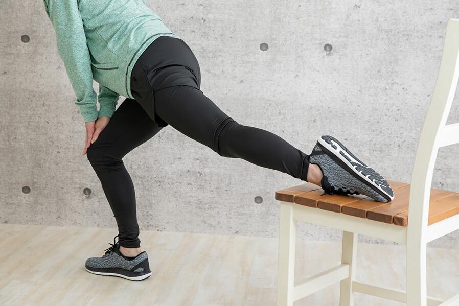 太ももの大きな筋肉をマッサージ